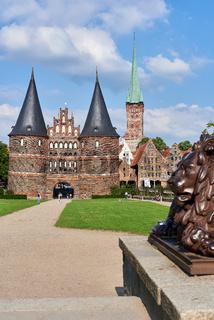 Holstentor, Petrikirche und Salzspeicher, Lübeck, Deutschland