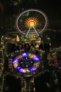 Berlin, Weihnachtsmarkt mit Panorama Riesenrad und Eisbahn am Neptunbrunnen