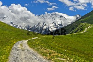 Wanderweg vor der schneebedeckten Mont Blanc-Gruppe, Saint-Gervais-les-Bains, Hochsavoyen,Frankreich