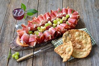 Südtiroler Speckplatte mit Wein
