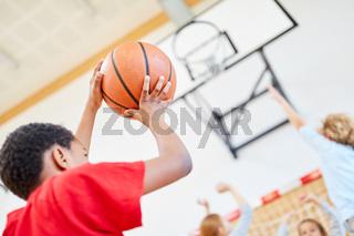 Junge beim Basketball Wurf Training