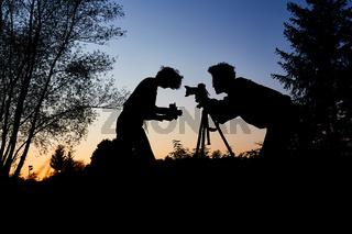 Fotografen machen Porträtfotos in der Dämmerung