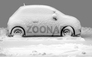 Das verschneite Auto