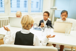 Geschäftsleute und Bewerber im Vorstellungsgespräch