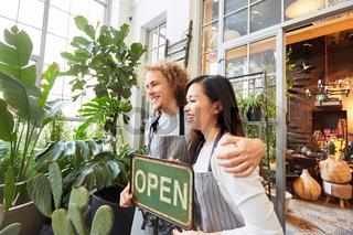 Start-Up Team bei Eröffnung vom eigenen Gartencenter