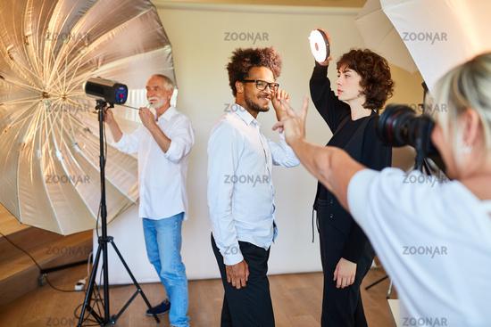 Team und Model bereiten Fotoshooting vor