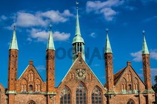 Fassade und Türme des historischen Heilig Geist Hospital in Lübeck, Deutschland