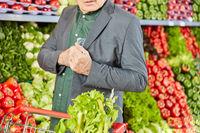 Mann als Ladendieb im Supermarkt