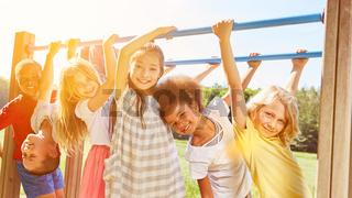 Gruppe Kinder spielt zusammen an Klettergerüst