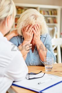 Patientin wird von einfühlsamer Ärztin getröstet