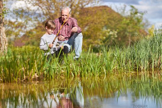 Großvater und Enkelsohn zusammen beim Angeln