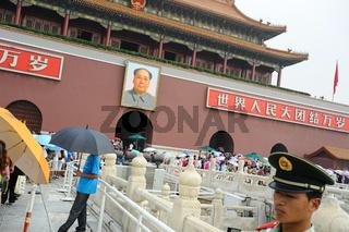 Peking, China, Touristen und Mao Portrait vor der Verbotenen Stadt am Tiananmen-Platz