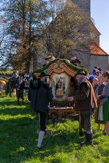 Warngau, Deutschland, Bayern 27.10.2019: Rückansicht eines Wagens bei der Leonhardifahrt Warngau