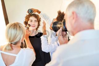 Fotografen Team beim Schminken und Hairstyling