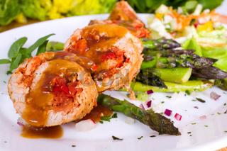 rotes Schnitzel an grünen Spargel