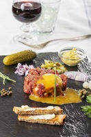 Rohes Steak Tartare auf Schiefer