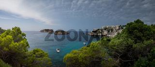 Panorama eine Bucht auf Mallorca bei aufziehendem Sturm