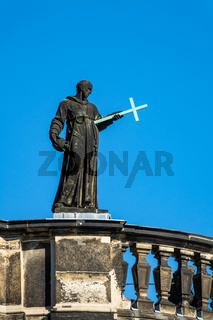 Skulptur auf dem Dach eines Gebäudes in Dresden