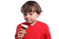 Junge Kind Eis schlecken essen Sommer isoliert Freisteller freigestellt