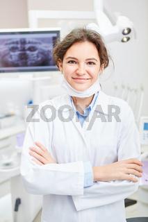Junge Frau als Zahnärztin oder ZFA in der Ausbildung