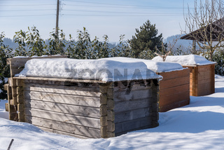schneedeckte Hügelbeete aus Holz - Upcycling Hochbeet