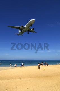 Flugzeug im Landeanflug, Mai Kao Beach, Phuket, Thailand