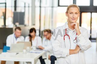 Junge Frau als Ärztin oder Assistenzärztin