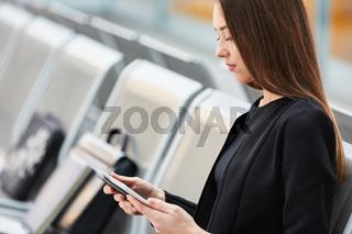 Geschäftsfrau mit einem Tablet Computer auf Dienstreise