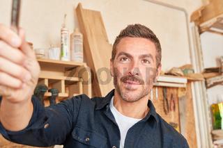 Junger Mann als Handwerker mit Werkzeug