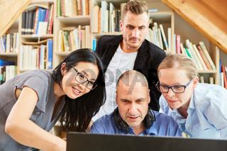 Startup Business Team Leute am Computer