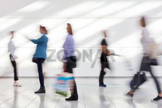 Viele Menschen gehen einkaufen im Einkaufszentrum
