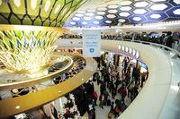 Abu Dhabi, Vereinigte Arabische Emirate, Transithalle mit Duty-Free Geschaeften am Flughafen
