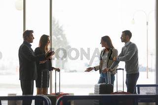 Gruppe Reisende im Gespräch im Flughafen Terminal
