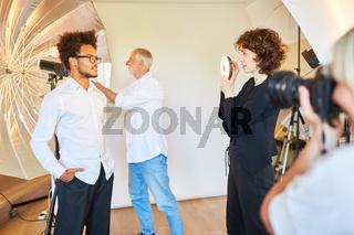 Model posiert vor Studioleuchte für Porträtfotos