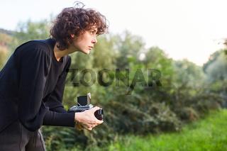 Junge Frau als Fotografin mit Mittelformatkamera