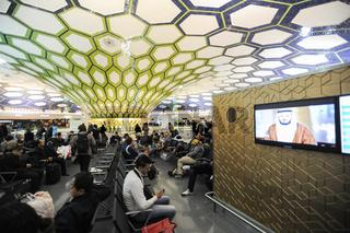Abu Dhabi, Vereinigte Arabische Emirate, Passagiere warten in der Transithalle am Flughafen
