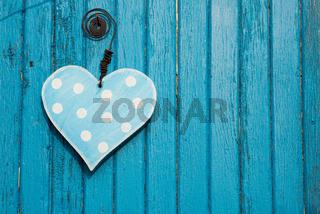 Blaues Holzherz auf blauem Grund
