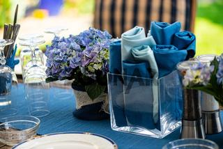 Sommerlicher, gedeckter Terassentisch in blau