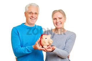 Senioren Paar spart Geld im Sparschwein