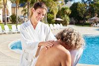 Senior Frau bekommt eine Rückenmassage