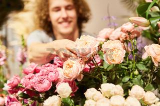 Junger Florist zwischen Vielfalt an Schnittblumen