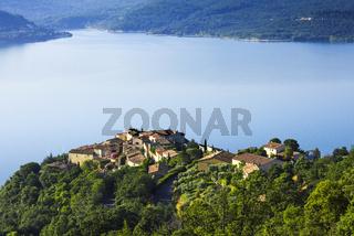 Dorf Sainte-Croix-du-Verdon oberhalb des Sees Lac de Sainte-Croix