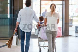 Familie schiebt Einkäufe im Einkaufswagen