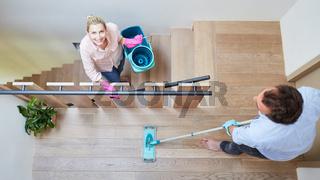 Paar beim Treppe putzen für Gleichberechtigung