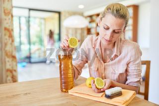 Hausfrau mischt ein Hausmittel zum putzen