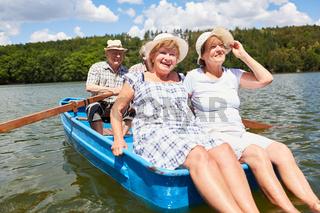 Gruppe Senioren macht Ausflug im Ruderboot