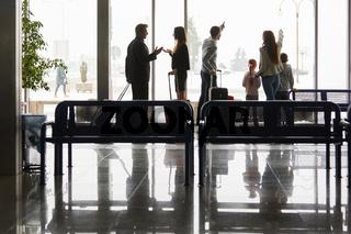 Familie und Geschäftsleute als Reisende im Flughafen