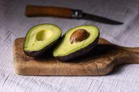 Hälften von Avocado auf einem Brett