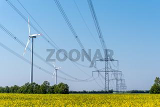 Stromleitungen und Windräder