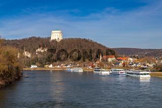 Blick ueber die Donau auf die Befreiungshalle in Kelheim